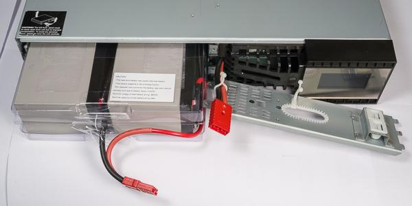 ... а затем разъединить кабель, открутить два винта и снять металлическую  заглушку