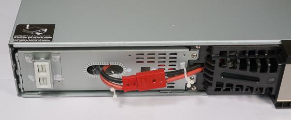 Для изъятия блока батарей необходимо снять левую часть фальшпанели...