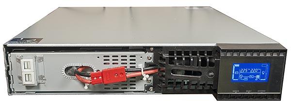Съемная часть фальшпанели обеспечивает доступ к отсеку с блоком батарей