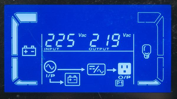 Отображение информации на встроенном дисплее ИБП при питании от электросети