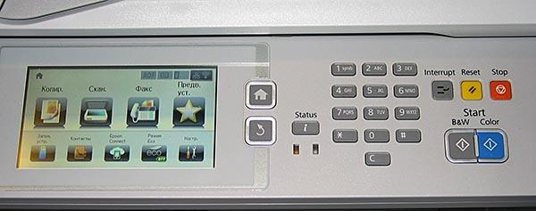Панель управления МФУ Epson WorkForce Pro RIPS WF-8590DTWF оборудована цветным ЖК-дисплеем с 5-дюймовым экраном