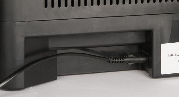 Кабель питания подключается к разъему, расположенному в нише на задней панели