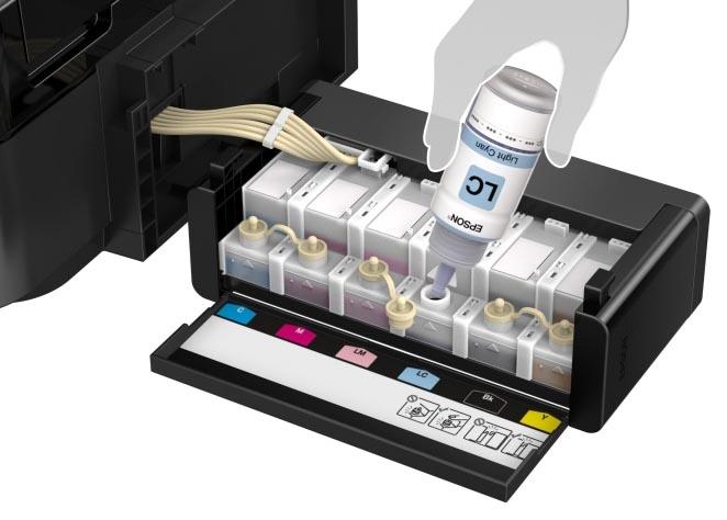 Процесс дозаправки чернил (изображение Epson)
