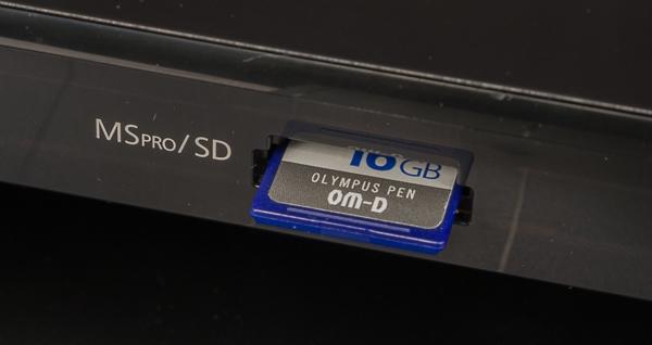 Слот для установки карт памяти на передней панели МФУ