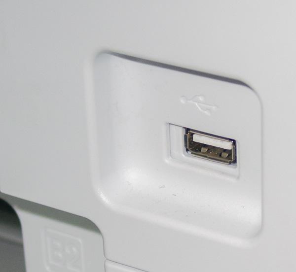 На передней панели корпуса МФУ имеется порт USB для подключения портативных накопителей