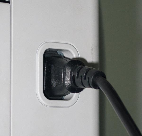 Силовой кабель подключается к разъему на задней панели корпуса МФУ