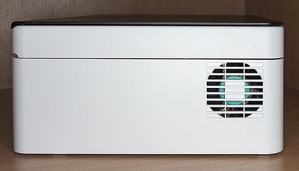 Под решеткой на левой панели корпуса установлен вентилятор